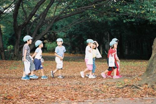秋の公園を行く
